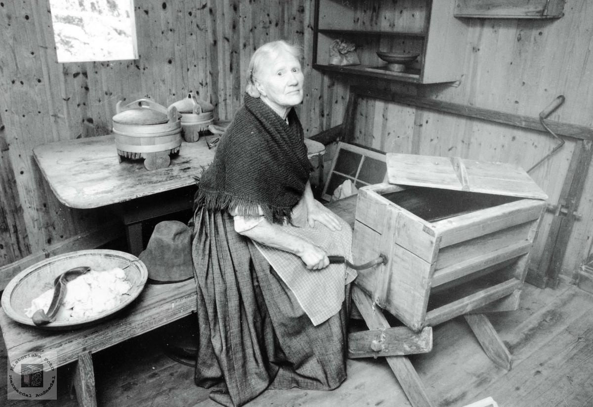 Portrett av Guri Brandsdal ved smørkinna. Grindheim.