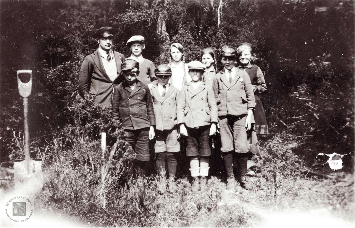 Skolebarn i Selandsdalen skal på skogplanting. Grindheim.