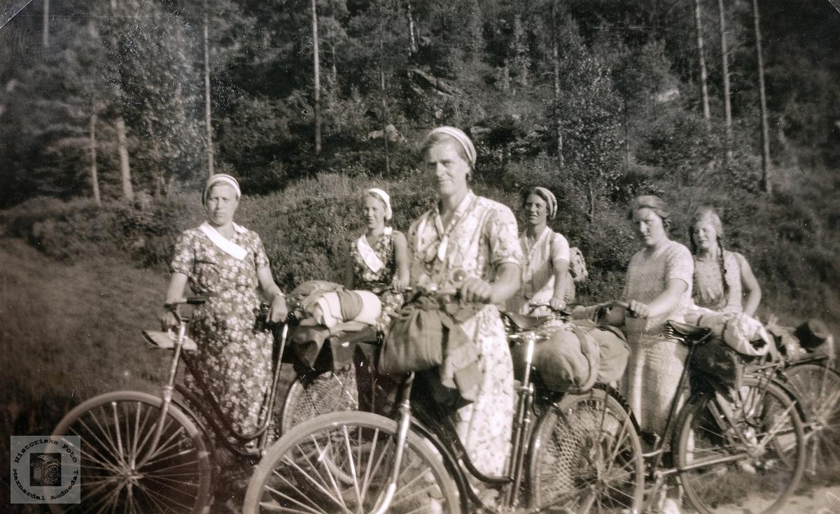 Jenter på sykkeltur. Audnedal.