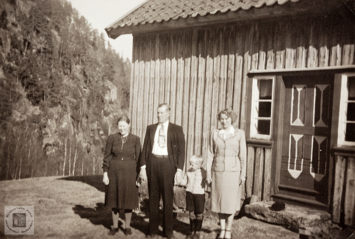 Søndagsamling på tunet på Flåt. Bjelland Audnedal.