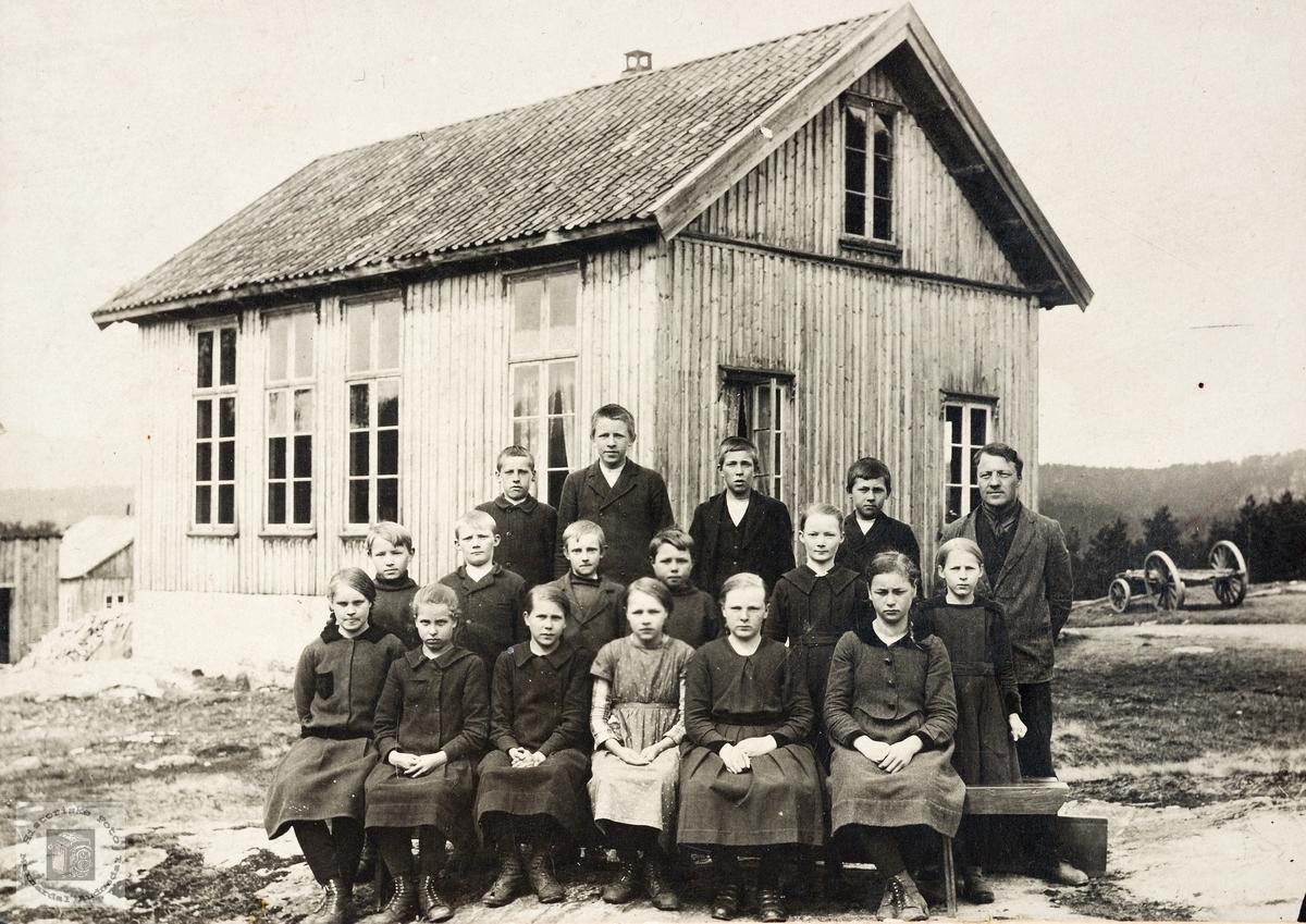 Skoleklasse utenfor Sveindal skolehus. Grindheim.