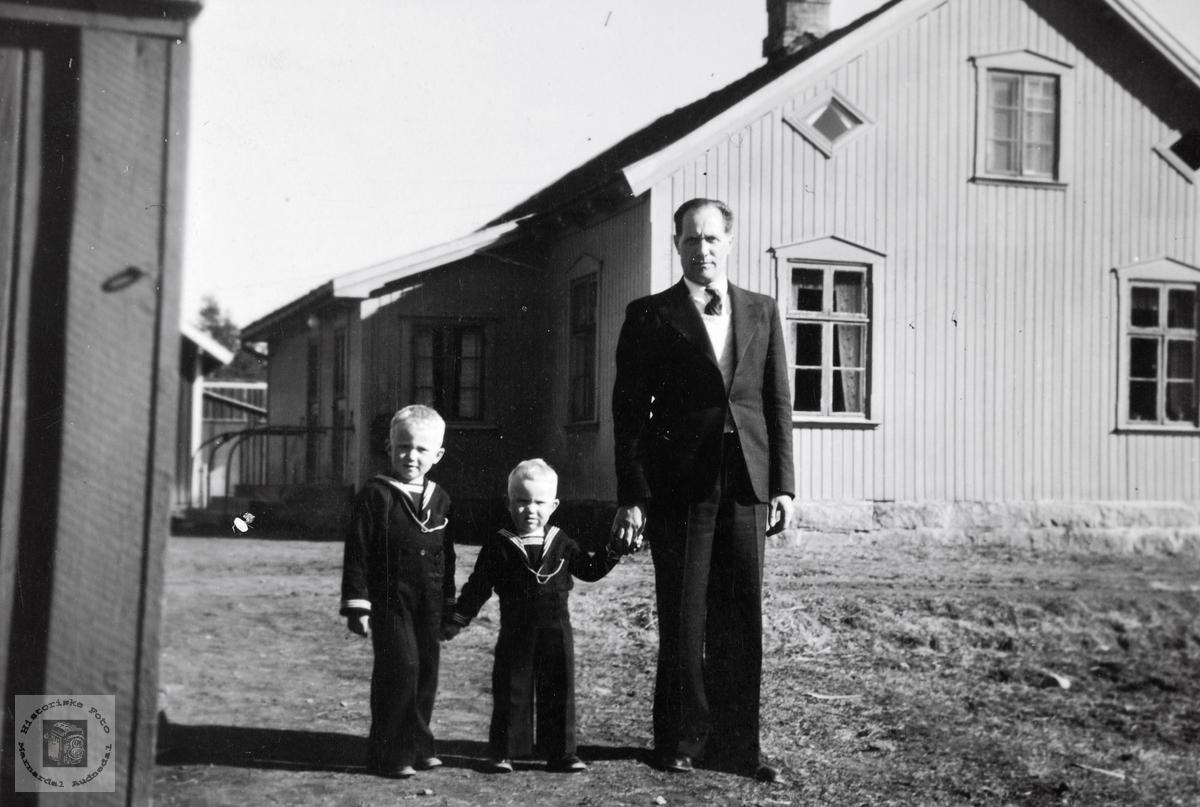 Sverre Røynesdal med to sønner på skoleplassen på Jelsnes.