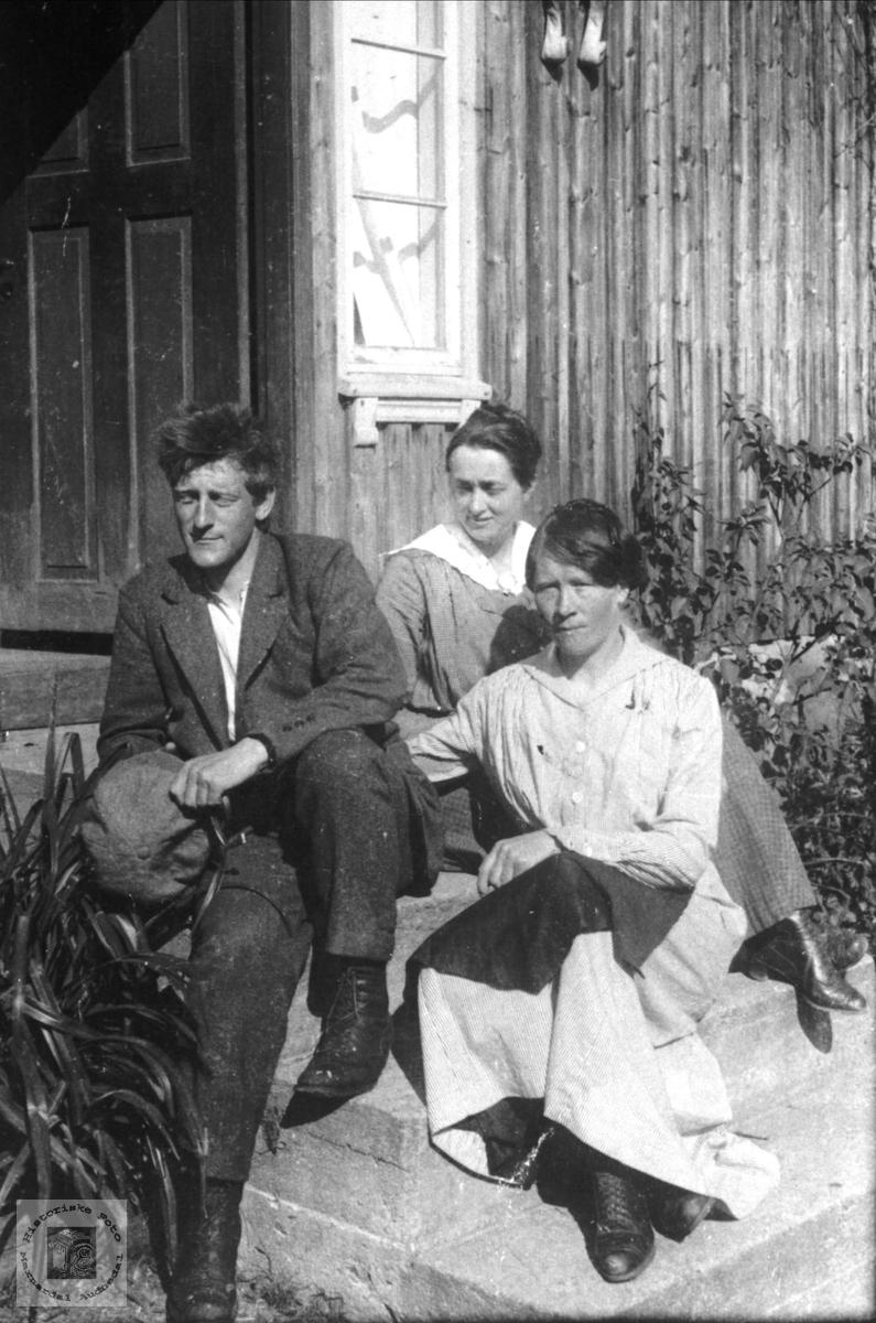 Portrett av Edvard Årnes, Pauine og Lisa Stedjan, Bjelland.