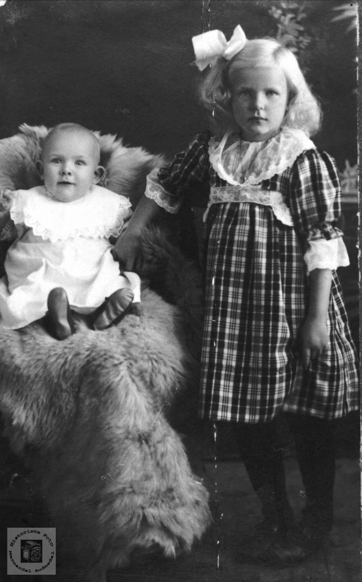 Portrett av Asborg Teodora Apesland og Kristi Gunlaug Apesland.