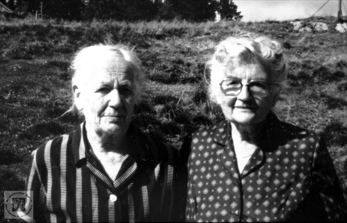 Portrett av to aktive sanitetskvinner, Astrid Åsan og Marie Tjomsland.
