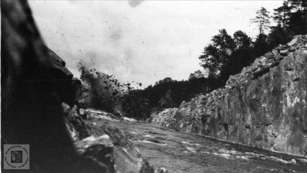 Senking av Gaupefossen i Audna, salva går, Audnedal.