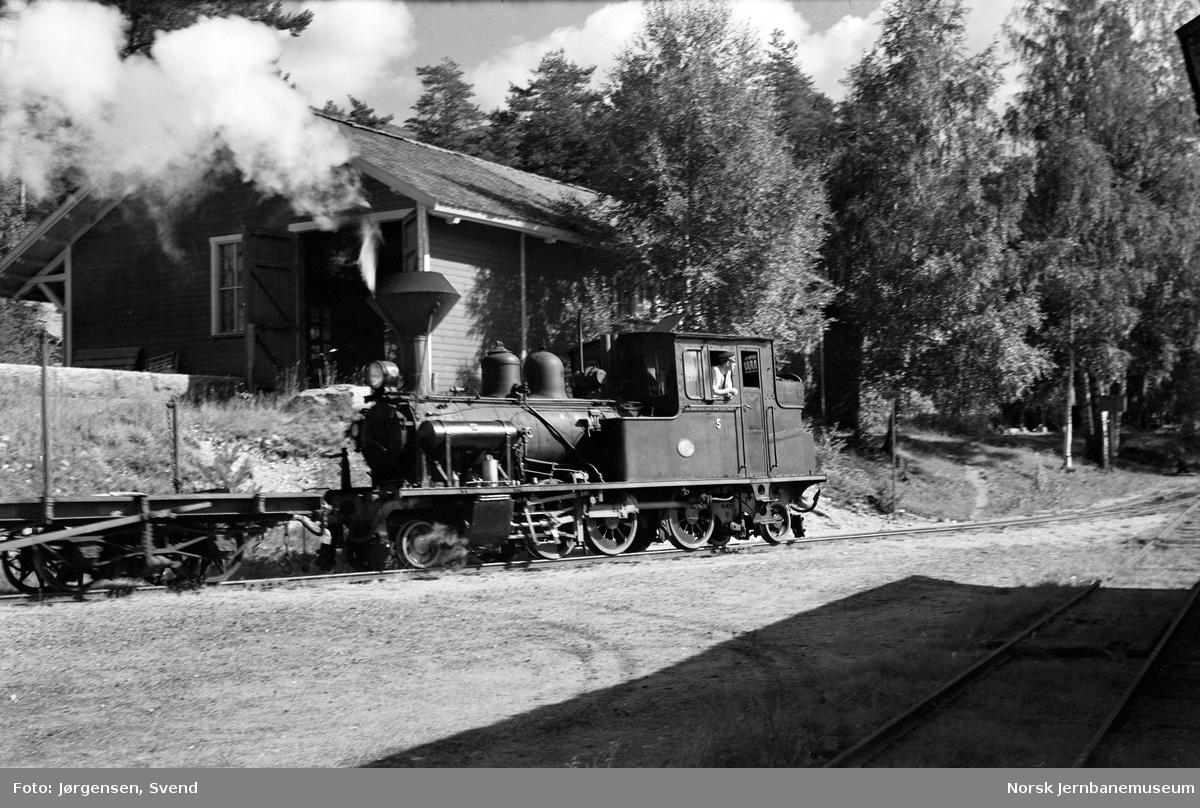 Damplokomotiv nr. 5 på bryggesporet på Byglandsfjord stasjon