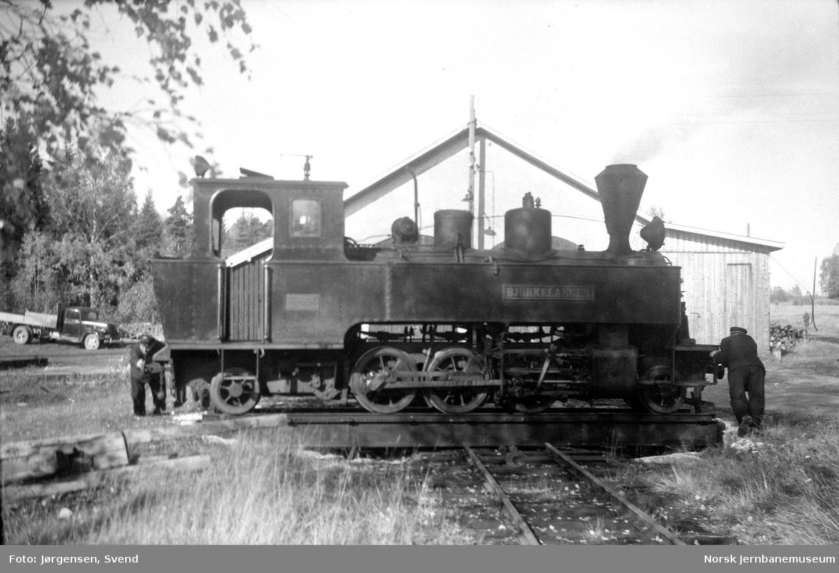 """Damplokomotiv nr. 5 """"Bjørkelangen"""" på svingskiven på Skulerud stasjon"""