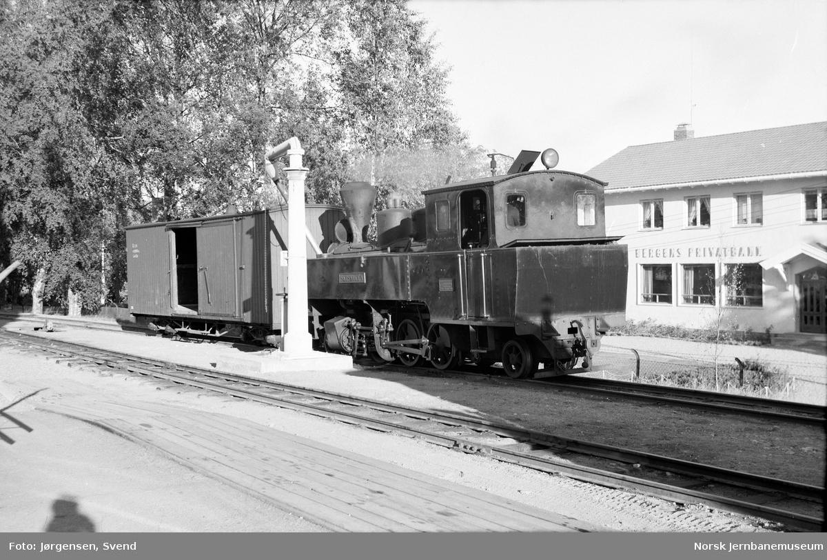 """Damplokomotiv nr. 4 """"Setskogen"""" tar vann på Sørumsand stasjon"""