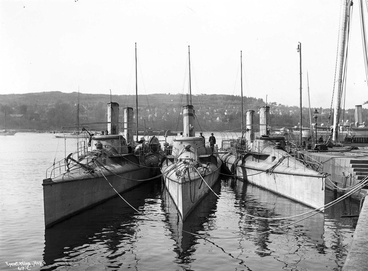 Lax (b. 1900, Marinens hovedverft, Horten) og Sild (b. 1900, Marinens hovedverft, Horten), torpedobåter ved dokken.