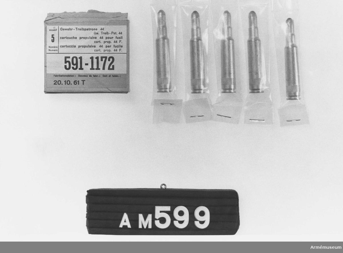 Består av:  1 pappersförpackning, 10 lösa gevärspatroner, kaliber 7,5 mm, fem st i pappförpackning, fem st i plastfolie. Typbeteckning: 591-1172. För gevär m/1944. Vikt på pappförpackningen: 90 g. Vikt på övriga patroner i plastfolie: 90 g.