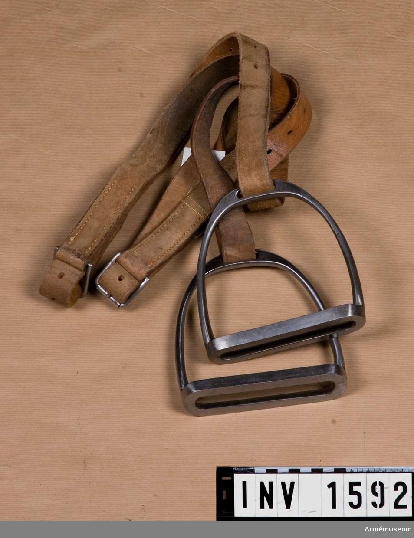 Samhörande nr är 1590-3.Stigbygelremmar m stigbyglar.Ett par, t sadel m/1900.