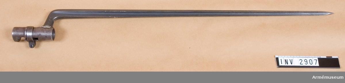 Hylsbajonett m/1867.Till gevär m/1867, system Remington. Fyrkantig stukatklinga, vinklat klackspår. Hylsans id: 19,2 mm. Försedd med låsring.Har tillh. greven E Stackelberg. Såld av dödsboet. Inköpt från auktionsfirman A Engströms Eftr., 642 00 Flen för 67 kronor, för Kungl Göta trängreg:s (T 2) räkning som ersättning för bajonett som stulits från T 2.