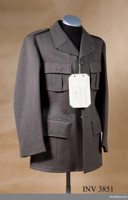 """Av ylle. När uniform m/1939 fastställdes tillv. den enbart i kommiss och med ett par byxor, fältbyxor m/1939. År 1941 tillkom för  permission långbyxor m/1939 av kommiss samt vapenrock/långbyxor  av yllediagonal. Till en början var det endast elever vid vissa skolor som tilldelades uniform av denna kvalitet. Efter hand utrustades samtliga som fullgjorde sin 1.vpl-tjänstgöring med denna uniform som permissionsmundering. Kappa m/1939 har dock endast tillverkats av kommiss för manskap. Off/uoff har på egen  bekostnad kunnat anskaffa såväl uniform som kappa av diagonal. Betr bärande av m/1939 anges i UniA 1977 års utgåva följande att gälla från 1978-01-01: """"Uniform m/39 får icke användas  såvitt den icke ändrats om till fältuniform m/39-58. Fast  anställd personal som inträtt i pensionsåldern före 1966-04-01  får dock bära uniform m/39. Dessutom må hemvärnspersonal  tillsvidare bära uniform m/39"""". Till detta sista kan tilläggas  """"i mån av tillgång"""" då större delen av beståndet av m/1939 är omkonfektionerat till fältuniform m/1939-58.  Genom KAFI beslut den 30.november 1946 Dnr 7460, UtrB (TLA  248/46) helfodrad i såväl liv som ärmar med konstsidenfoder. Vidhängande etikett anger dag f beslutet, undertecknat av T. Thuresson, kapten, Kungl. Arméförvaltningens intendenturavd."""