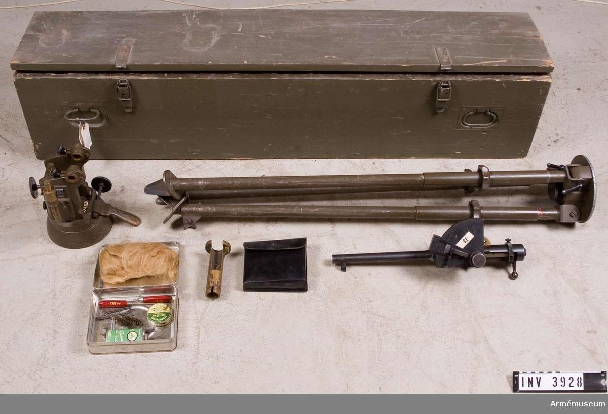 Pjässimulator fm/1958. Tyskt övningsvapen MT, 14,5 mm, (Kleinkaliberschiessgerät). Består av: 1 pjässimulator, stl: 526 mm, pipl: 400 mm, kal: 14,5 mm, vikt: 5070 gr. Märkt (Tvico) VS 2, 1 mellanstycke, 21,3 kg. Märkt (Geco) VS 2, 1 instrumenthylsa t panoramasikte, vikt: 850 gr, 1 stativ, stl: 1260 mm, vikt: 21 kg. Märkt VS 2, 1 rengöringssats i plåtask, l: 170 mm, b: 120 mm, h: 60 mm, vikt: 700 gr, 1 fodral m lock av läder, l: 170 mm, b: 145 mm, h: 60 mm, vikt: 160 gr, 1 transportlåda av trä, l: 1550 mm, b: 350 mm, h: 300 mm, vikt: ca 25 kg.