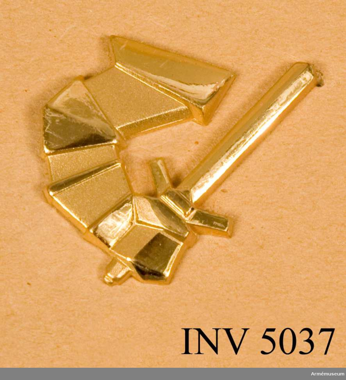 Tillverkat av metall och i metallfärg m/1960 guld. För P 1 dock i silverfärg. Utföres spegelvänt och i en storlek. Guld, vänster. År 1963 sammanfördes de dittillsvarande pansarförbanden samt I 6, I 7, I 10 och I 18 till ett truppslag benämnt  pansartrupperna.  I samband härmed tillkom ett nytt emblem utformat av ädelsmeden Sigurd Persson. Utgöres av en pansarklädd arm med svärd och skall emblemet anbringas så att svärdet hugger utåt. Det förra emblemet, stridsvagnen, den s k pansargrodan utgick efter hand.