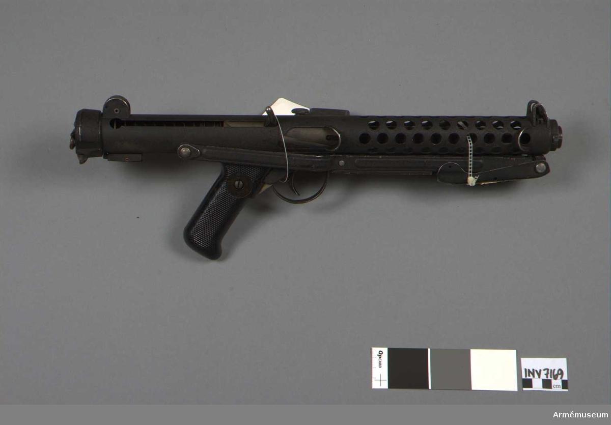 Kulsprutepistol MK III, Sterling, England.Kaliber 9 mm. Tillverkningsnr KR2731. Märkt Sterling S.M.G. 9 MM Mk III No KR 2731. Vapnets längd med kolven infälld 485 mm.  Samhörande AM 7169 kulsprutepistol MK III, och AM 7170 stångmagasin 34-skotts.