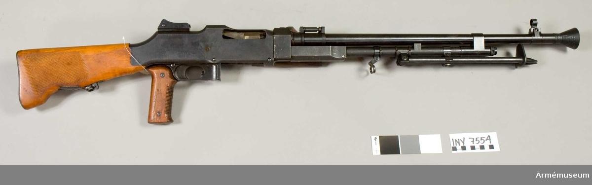 """Kulsprutegevär m/1937, system Colt-Browning. Märkt G.B. Kulsprutegevär m/1937 är konstruerat enligt principen """"gasuttag på pipan"""". Vapnet kan användas för hel- och halvautomatisk (patronvis eld). Det matas med ammunition från 20-skottmagasin. Pipan har 6,5 mm kaliber. Vapnet är försett med benstöd och har ramsikte med diopter och pelarkorn. Mekanismsystem gasuttag (Colt-Browning). Eldhastighet helautomatisk eld 8 skott/sek. Eldhastighet patronvis eld 1-2 skott/sek. Utgångshastighet ca 760 m/sek. Hel längd med flamdämpare 1167 mm."""