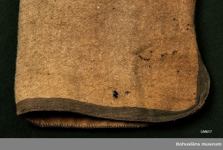 Ur handskrivna katalogen 1957-1958: Rock av kamelhår. L. c:a 120 cm; gulbrun m. svarta kantband; över bröstet 2 snedsydda patronkök? av skinn med svarta kantband och rött tyg i bottenytorna. Svårt angripen av mal.  Enligt Knut Adrian Anderssons katalog upprättad år 1916: No 36. Rock av kamelhår (120 cm) Karbardunsk kallad av infödingarna. Från Kaukasien. Sk. 1861 av Häradshövding Forstén å Kuopio Finnland. Hambergska samlingen 1870? (Gulbrun med gröna o röda veck.)  Rock som anses härstamma från ett kaukasiskt folk kallat kabardiner, tidigare östtjerkesser. De lever/levde i området Kabardinien–Balkarien i centrala Kaukasien inom Ryska federationen. Kabardinien-Balkarien eller Kabardino-Balkarien (ryska Кабарди́но-Балка́рская Респу́блика) är år 2011 en delrepublik belägen i södra Ryssland i norra Kaukasien.