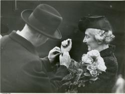 Fru Advokat Heyerdahl får armbånd av adm. dir. Aamundsen und