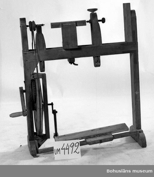 Ur handskrivna katalogen 1957-1958: Svarvstol m. verktyg 7 järnverktyg med träskaft, något rostade, 1 järnverktyg, 1 trätrissa med järnband. Stolen L. 96,5. H. 119. Relativt gott skick.  Lappkatalog: 35