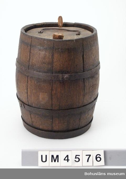Föremålet visas i basutställningen Uddevalla genom tiderna, Bohusläns museum, Uddevalla.  Ur handskrivna katalogen 1957-1958: Äldre brännvinsdunk, kagge H. 24,5 cm; ytter-D. (ej banden) vid ändarna c:a 17 cm; av ek m. 4 band och handtag av järn; 2 hål, d. större m. kork; d. mindre m. tapp = omålad.  Lappkatalog: 52