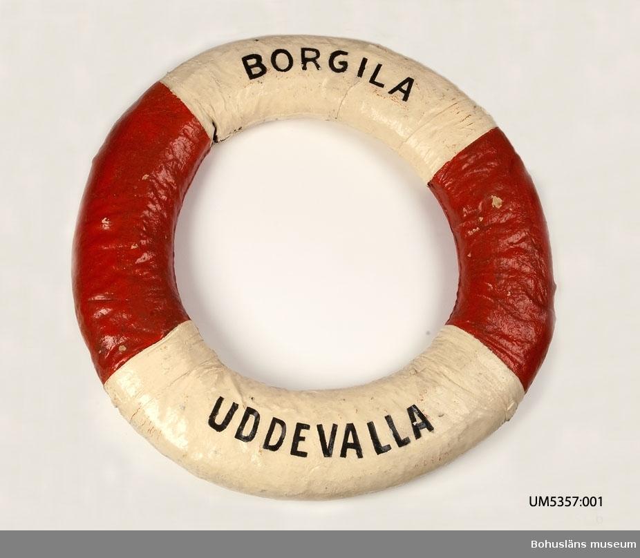 Livboj med texten SS Borgila. En av tre livbojar som tillhört Ångbåts AB Bohuslänska Kusten och köptes in till Uddevalla museum i samband med företagets auktion 1950. Livbojarna hade tidigare samma inventarienummer.  Ur handskrivna katalogen 1957-1958: Tre livbojar, S/S Borgila, S/S Valborg, S/S Uddevalla def. Yttre diameter: 73 - 80 cm. Vit och rödmålade. Föremålen hela.  Bohuslänska Kusten AB Lappkatalog: 46