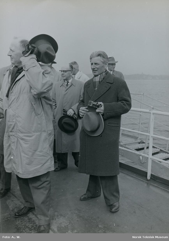 Menn på dekk under prøvetur med tankeren M/S Anna Odland, B/N 521 (Tangens B/N 8) i Oslofjorden 14. april 1961. Skipet ble overlevert av Akers Mek. Verksted og Tangen Verft til A/S Produce under denne prøveturen.