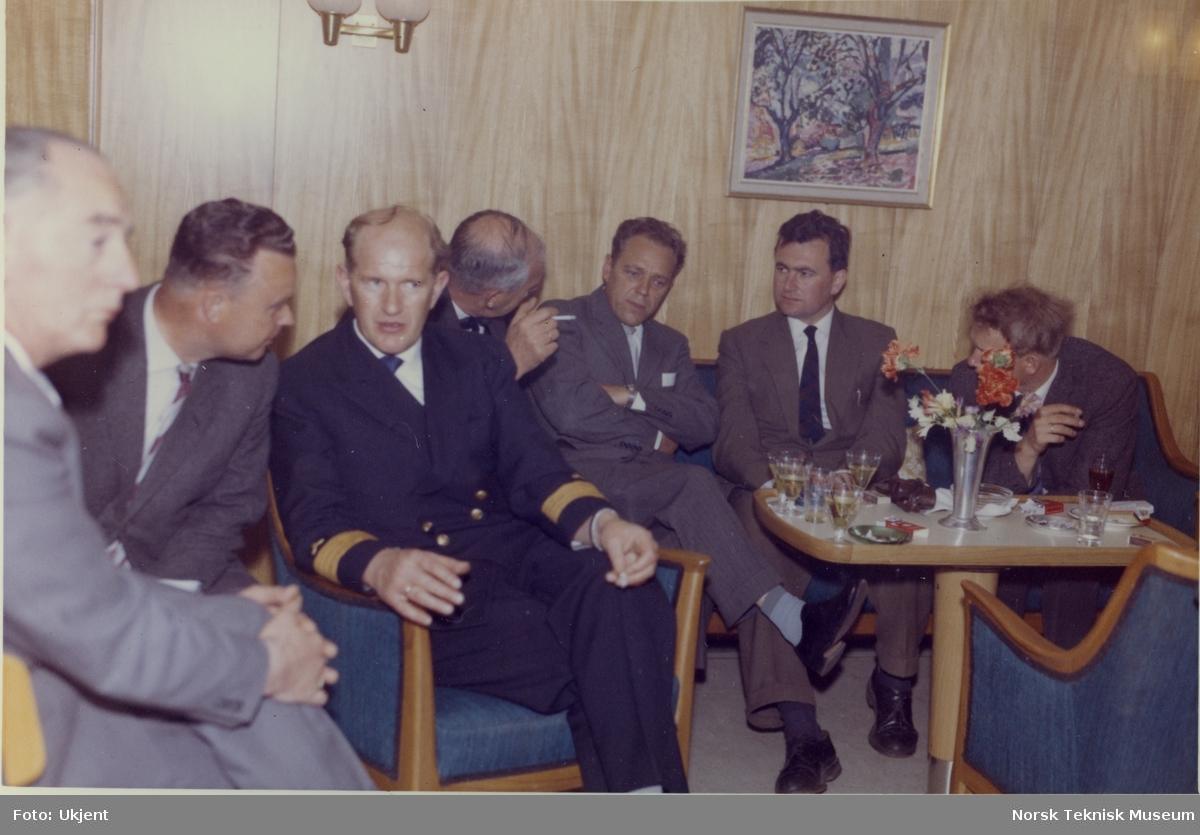 Kapteinen og andre gjester ombord under prøvetur med tankeren M/S Troms, B/N 523 (Stord Verfts B/N 44) i Oslofjorden 30. mai 1961. Skipet ble levert av Akers Mek. Verksted og Stord Verft til Wilh. Wilhelmsen i 1961.