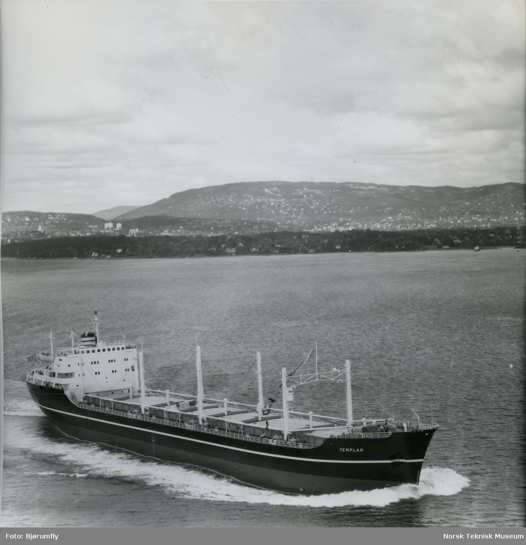 Flyfoto, tørrlasteskipet M/S Templar, B/N 524 i Oslofjorden. Skipet ble levert av Akers Mek. Verksted i 1962 til Wilh. Wilhelmsen.