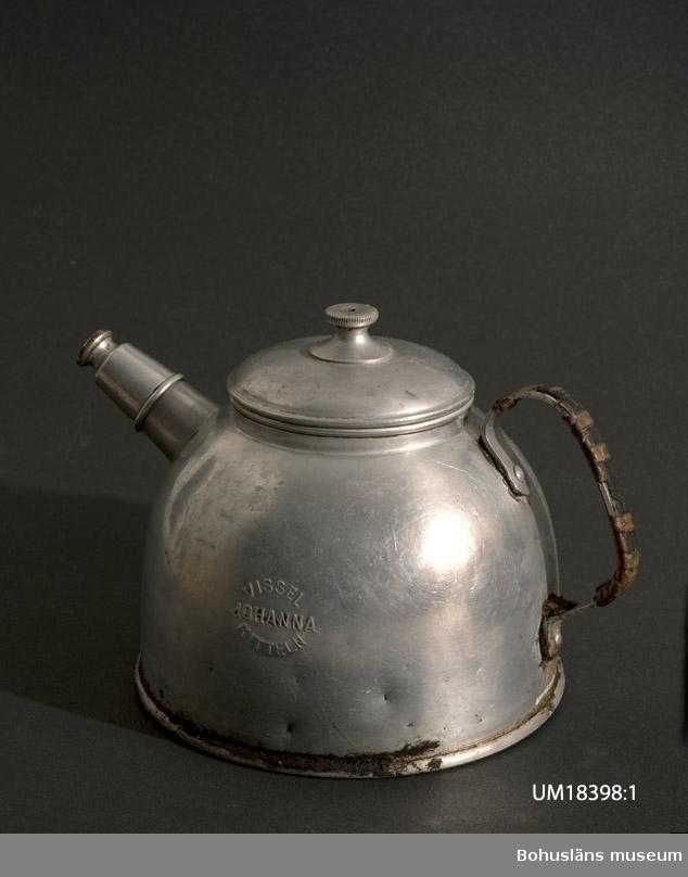 """594 Landskap BOHUSLÄN  Kaffekittel som visslar vid kokning. Inpressad text på sidan: """"Visselkitteln Johanna."""""""