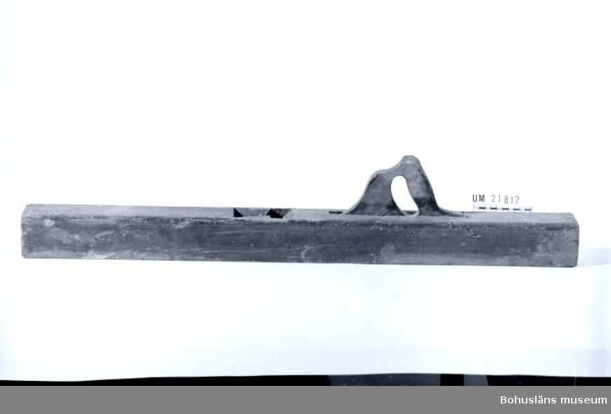 """471 Tillverkningstid 1930 EFT? 594 Landskap BOHUSLÄN  Brun och svartmålad. Saknar järn och låsning. Vid handtaget sitter 2 rostiga spikar. Märkt, stansat: """"AMJ""""?. Översta delen på handtaget trasigt. Nöt och skavskador.  Inventerat 1996-08-13 CB  UMFF 57:2."""