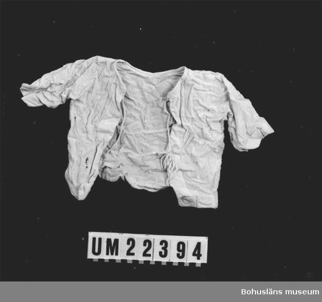 410 Mått/Vikt ! ÄL 9 CM 594 Landskap BOHUSLÄN  Vit tröja. Band att knyta vid halsen och ett band längre ner framtill.  UMFF 106:10