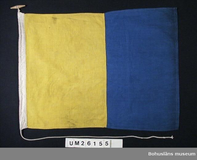"""Två vertikala fält, inre gult, yttre blått.  Betyder: """"Jag önskar upprätta förbindelse med er"""".  Ena flaggan mindre mått än här uppgivna. Användning se UM026139  Personuppgifter se UM026024"""