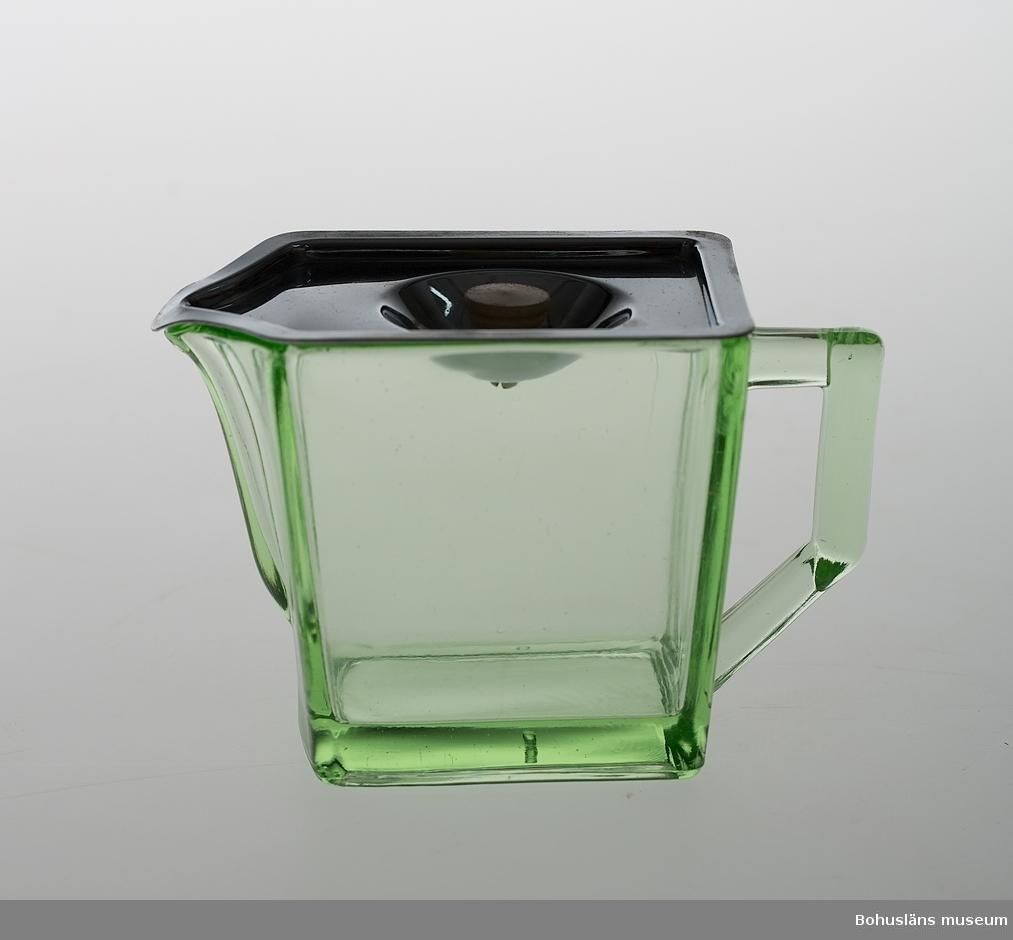 Kanna för mjölk eller grädde i grönt gjutet eller pressat glas. Gullaskruf glasbruks ägare har ritat kannan. Den togs i produktion år 1937. Locket är troligtvis av förkromat järn med vit knopp av svarvat målat trä eller gjuten konsthartsmassa.