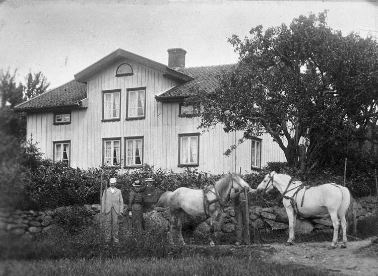 """Enligt notering: """"Hemmansägaren fd sjömannen Johan Andersson tillsammans med hustrun Maria och sonen John f. 1902 senare bytt namn till Arhäll""""."""