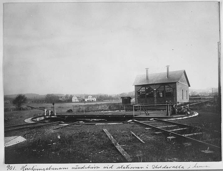 """Text på kortet: """"901. Herrljungabanans vändskiva vid stationen i Uddevalla hamn""""."""