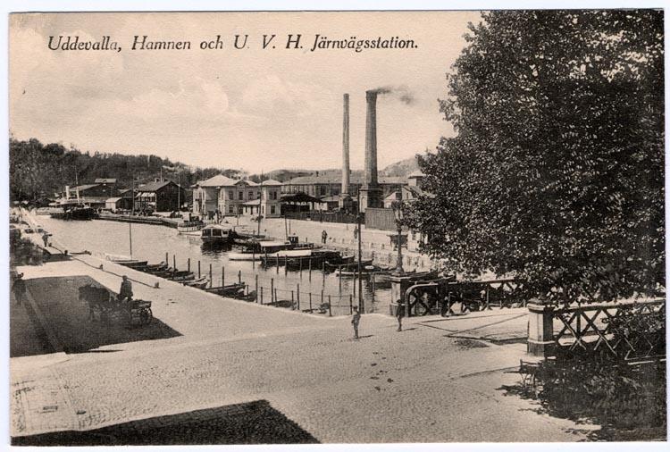 """Tryckt på kortet: """"Uddevalla, Hamnen U.V.H.J Järnvägsstation."""""""