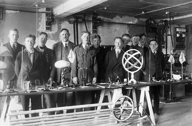 """Stämpel på framsidan: """"Atelier Lindström, Tel. 759, Öster, Uddevalla, Guldmedalj 1928."""" Inpräglar på fotot: """"Lindström, Tel. 759, Öster, Uddevalla."""""""