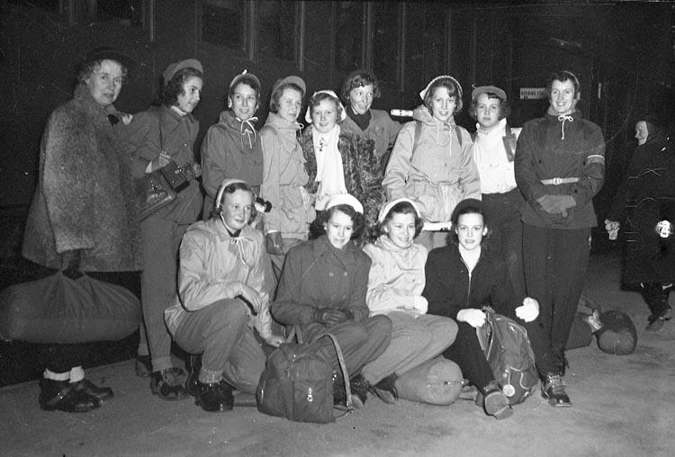 """Enligt notering: """"Flickskolan resa Fjällen Feb 1950""""."""