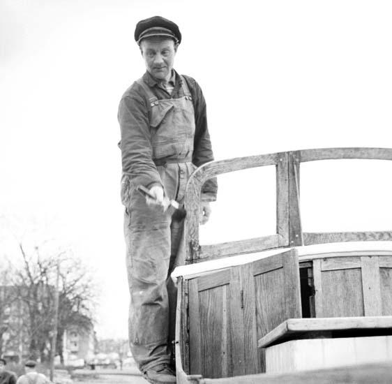 """Enligt notering: """"Gubbe som jobbar med båt 7/4 -59""""."""