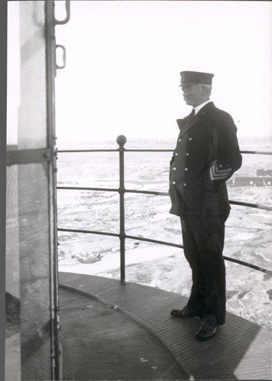 """Notering på kortet: """"HÅLLÖ"""".  """"FYRMÄSTARE UHRBERG"""". """"FOTO (D4) DAN SAMUELSON 1925. KÖPT AV DENS. DEC.1958""""."""