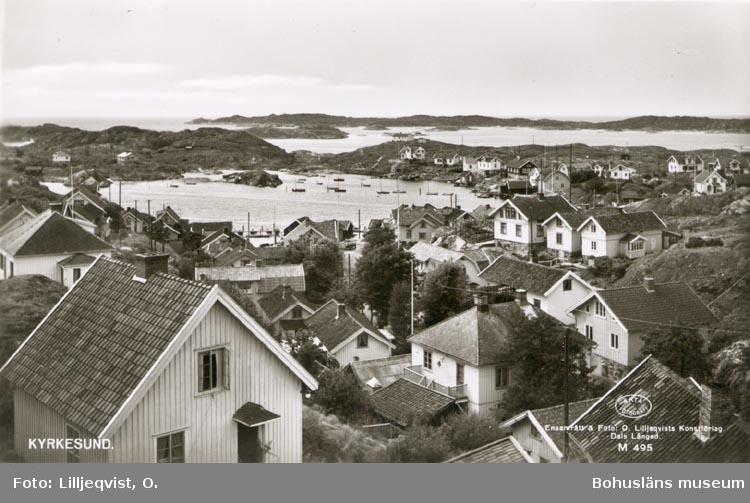 """Tryckt text på kortet: """"KYRKESUND"""". """"Ensamrätt & Foto: O. Lilljeqvists Konstförlag. Dals Långed. M 495""""."""