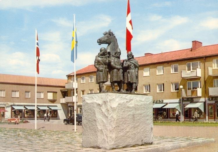 """Tryckt text på kortet: """"Kungälv. Monumentet Tre kungar"""". """"Förlag: Firma H. Lindenhag, Göteborg""""."""