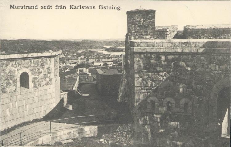 """Tryckt text på kortet: """"Marstrand sedt från Karlstens fästning."""" ::"""