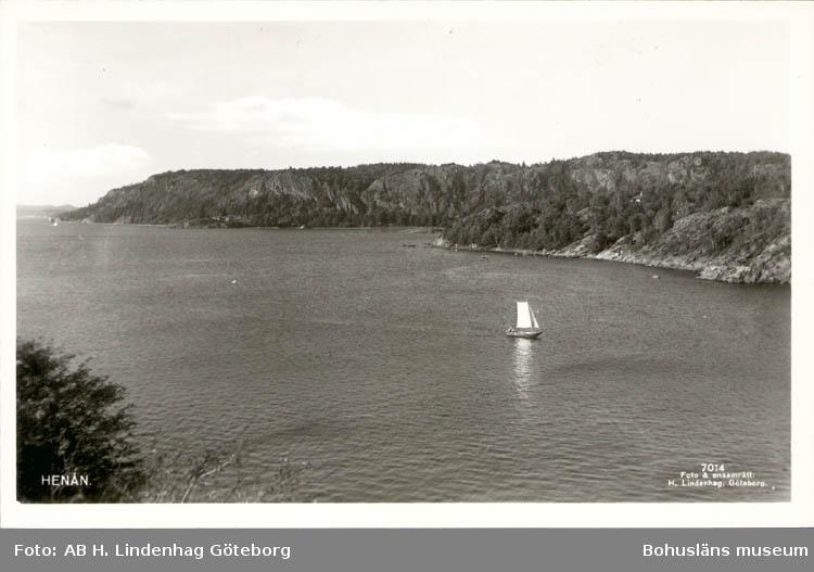 """Tryckt text på kortet: """"Henån."""" Noterat på kortet: """"Henån Röra Sn. Tengeby Orust."""" """"Utsikt - nno. över Kalvöfjorden."""""""