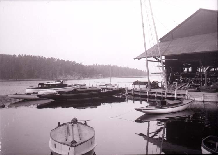 """Enligt text som medföljde bilden: """"Vid Neglinge båtvarv okt. 11""""."""