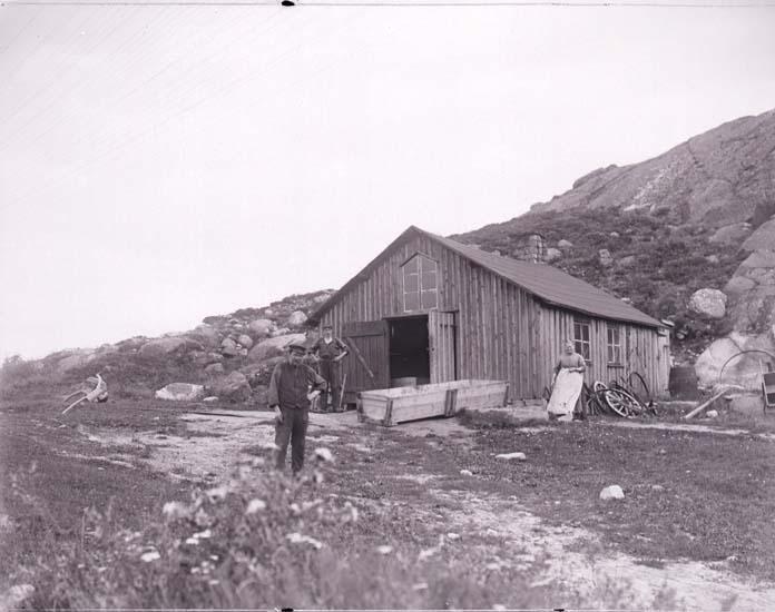 """Enligt text som medföljde bilden: """"Smedjan Buahöjd d. 30 Aug. 1913 Priol""""."""