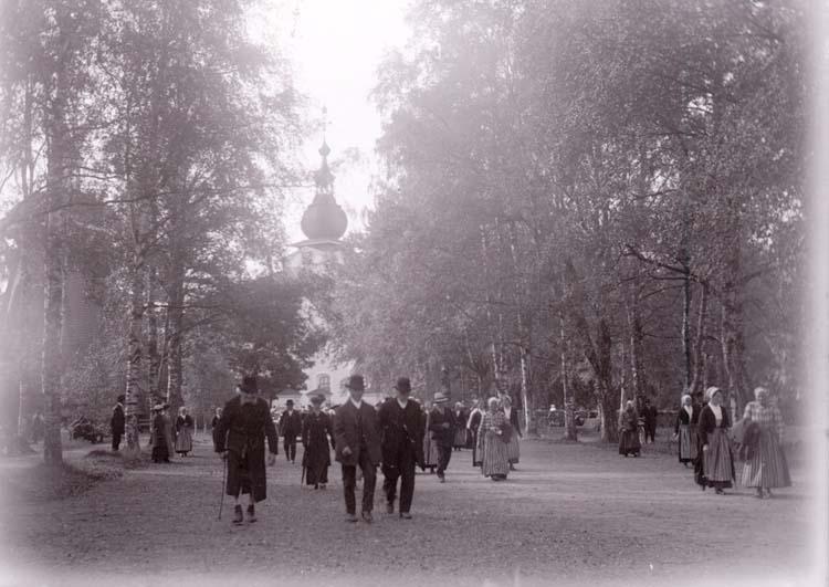 """Enligt text som medföljde bilden: """"Vid kyrkan i Leksand sept. 1916""""."""