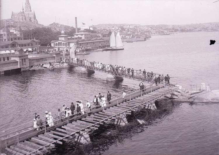 """Enligt text som medföljde bilden: """"Lysekil, Släggöbrons invigning Juli 10."""""""